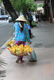 Wietnamski kobieta sprzedawca sprzedaje banana w sai gon, Vietnam Zdjęcia Royalty Free