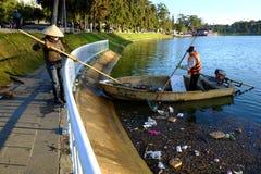 Wietnamski sanacja pracownik, banialuka, woda, zanieczyszczenie Obrazy Royalty Free