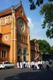 Wietnamski uczeń, ao Dai, Saigon Notre Damae katedra obrazy stock