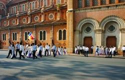 Wietnamski uczeń, ao Dai, Saigon Notre Damae katedra obraz stock
