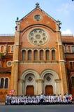 Wietnamski uczeń, ao Dai, Saigon Notre Damae katedra obraz royalty free