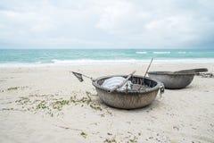 Wietnamskie łodzie rybackie na ustronnej plaży w Hoi obrazy stock