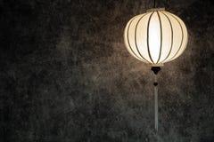 Wietnamskiego lub Chińskiego bielu latarniowy spheric nad rocznika grunge betonu ciemnym tłem z kopii przestrzenią w krajobrazowe ilustracji