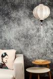 Wietnamskiego lub Chi?skiego bielu lampion nad rocznika grunge betonu t?em z kanapy i wietnamczyka rocznika projekta portretem, zdjęcia royalty free