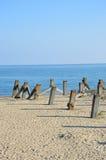Wietrzeć drewniane poczta w ziemi morzem Obrazy Stock