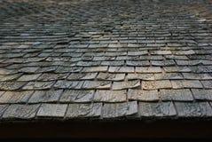 Wietrzejąca ciemna tekstura drewniany dachówkowy dach obraz stock