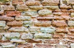 Wietrzejąca popielata kamienna ściana jako kreatywnie tło zdjęcie stock