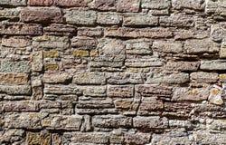 Wietrzejąca popielata kamienna ściana jako kreatywnie tło zdjęcia stock