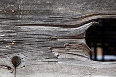 Wietrzejąca tabaczna stajni deska z przerwy odkrywczą ciemną przestrzenią behind Obrazy Stock