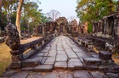 Wietrzejącej kamiennej drogi i antycznej świątyni ruiny w Angkor Wat Obraz Stock