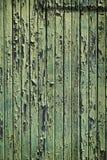 Wietrzejący drewno z obieranie zieleni farbą zdjęcia royalty free