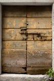 Wietrzejący, forsaken drzwi, boltede i blokujący Obrazy Stock