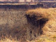 Wietrzejący jarów obręcze z żółtą trawą na opóźnionym jesień dniu Obrazy Stock
