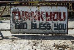 """Wietrzejący podpisuje ulicę wewnątrz obwieszcza """"Thank Ty, bóg Błogosławi You† w Batangas Filipiny obraz stock"""