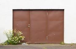 Wietrzejący stary drzwi fotografia stock