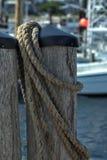 Wietrzeję Manila konopie linowy coiled na molo pilonie fotografia stock