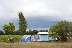 Wietrzny camping przy gospodarstwem rolnym Fotografia Royalty Free