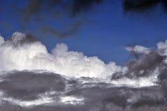 Wietrzny dzień przy morzem z dużymi fala przeciw skałom fotografia stock