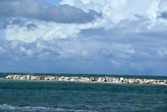 Wietrzny dzień przy morzem z dużymi fala przeciw skałom zdjęcie stock