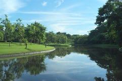 Wietrzny ranku odbicie w królowej Sirikit parku fotografia stock