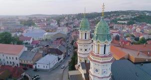 Wiev aéreo da catedral transversal santamente do católico grego em Uzhhorod, Transcarpathia, Ucrânia vídeos de arquivo