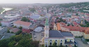 Wiev aéreo da catedral transversal santamente do católico grego em Uzhhorod, Transcarpathia, Ucrânia filme