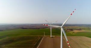 Wiev aéreo da exploração agrícola dos moinhos de vento Produção energética do poder vídeos de arquivo