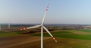Wiev aéreo da exploração agrícola dos moinhos de vento Produção energética do poder filme