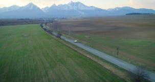 Wiev aéreo, el coche monta contra el alto fondo de Tatras, Eslovaquia, Europa metrajes