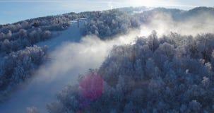 Wiev aéreo, esquí, estación de esquí en los Cárpatos, cañones de la nieve, Trantscarpathian almacen de metraje de vídeo
