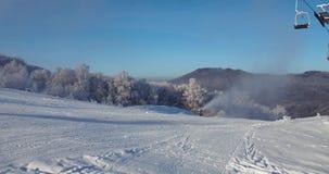 Wiev aéreo, esquí, estación de esquí en los Cárpatos, cañones de la nieve, Trantscarpathian almacen de video