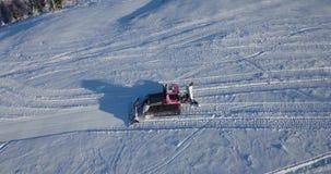 Wiev aéreo: Groomer de la nieve, Ratrak en el trabajo, cárpato, Ucrania almacen de metraje de vídeo