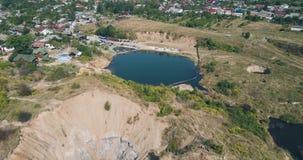 Wiev aéreo: Inmersiones grandes de un karst debido a las minas de sal sumergidas almacen de metraje de vídeo