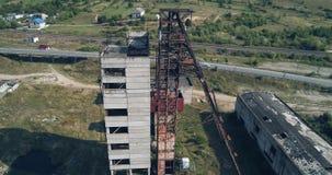 Wiev aéreo: La mina de sal abandonada vieja de Unión Soviética contra la perspectiva del karst sumerge metrajes