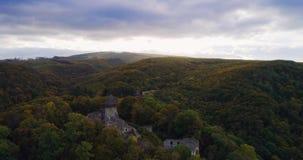 Wiev aéreo: Nascer do sol incrível do outono contra as ruínas de um castelo antigo, pinturas do outono video estoque