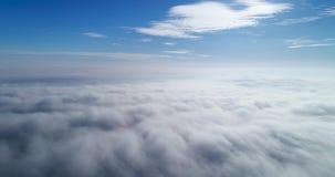 Wiev aéreo: Vuelo asombroso sobre las nubes de la niebla metrajes