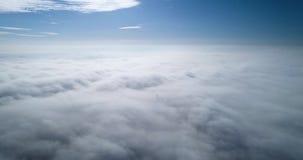 Wiev aéreo: Vuelo asombroso sobre las nubes de la niebla almacen de video