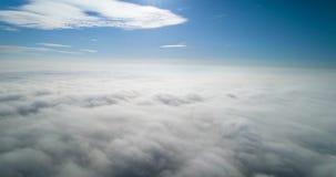 Wiev aéreo: Vuelo asombroso sobre las nubes de la niebla almacen de metraje de vídeo