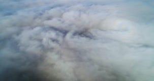 Wiev aéreo: Vuelo asombroso sobre las nubes de la niebla, sobre la ciudad metrajes