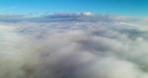 Wiev aéreo: Vuelo asombroso sobre las nubes de la niebla, sobre la ciudad almacen de video