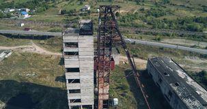 Wiev aérien : La vieille mine de sel abandonnée de l'Union Soviétique dans la perspective de Karst plonge banque de vidéos