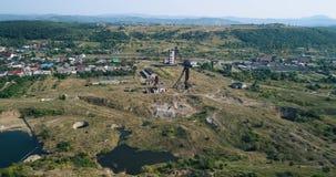 Wiev aérien : Un grand défaut de Karst dû aux mines de sel submergées banque de vidéos