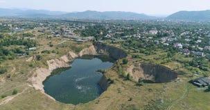 Wiev aérien : Un grand dipsdue de Karst aux mines de sel submergées clips vidéos