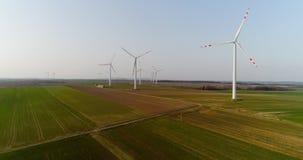 Wiev aereo dell'azienda agricola dei mulini a vento Produzione di energia di potere stock footage