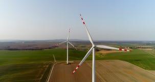 Wiev aereo dell'azienda agricola dei mulini a vento Produzione di energia di potere video d archivio
