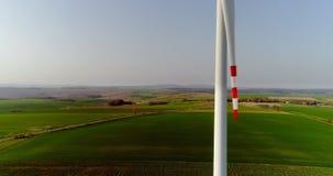 Wiev aereo dell'azienda agricola dei mulini a vento Produzione di energia di potere archivi video