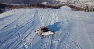 Wiev aereo: Groomer della neve, Ratrak nel lavoro, carpatico, Ucraina stock footage