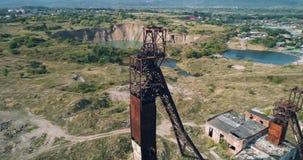 Wiev aereo: La vecchia miniera di sale abbandonata dell'Unione Sovietica contro lo sfondo della morfologia carsica immerge video d archivio