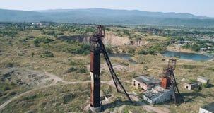 Wiev aereo: Ower che di Fliying la vecchia Unione Sovietica miniera di sale abbandonata di due contro lo sfondo della morfologia  archivi video