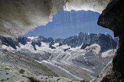 Wiev de caverne de glace au-dessus de glacier de Talefre dans les Alpes français Photo stock